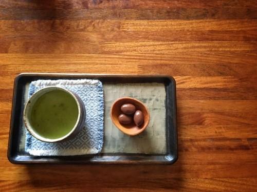 今日はアーモンドチョコと煎茶