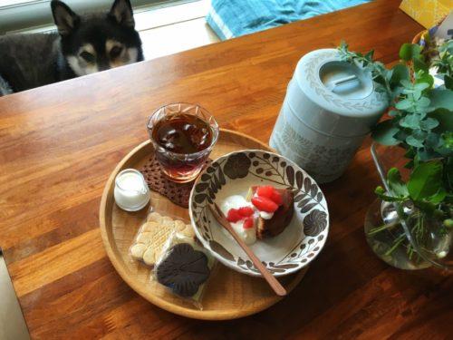 ロミユニさんのお菓子と鹿児島睦さんデザインの缶
