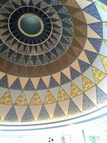 カフェの天井もミナさんのテキスタイル