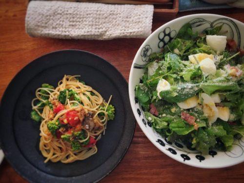 サラダにオリーブオイルとバルサミコ酢