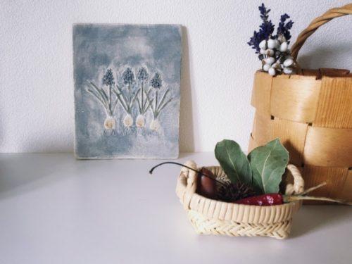大野七実さんのムスカリの陶板