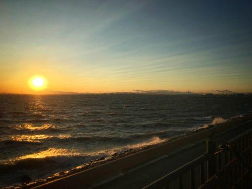 まだ波が高いの海