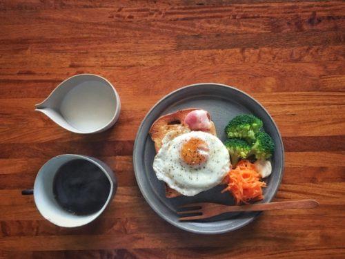 今朝は成田パンで焼いた目玉焼きとハム