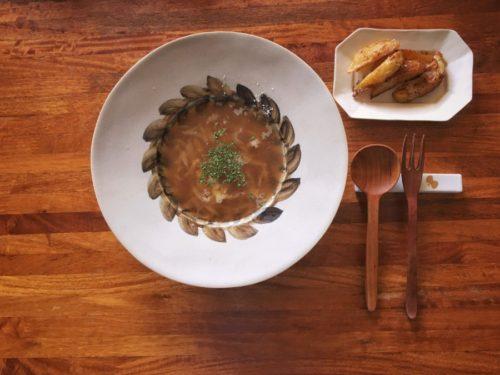 茶色のオニオンスープとポテトフライ