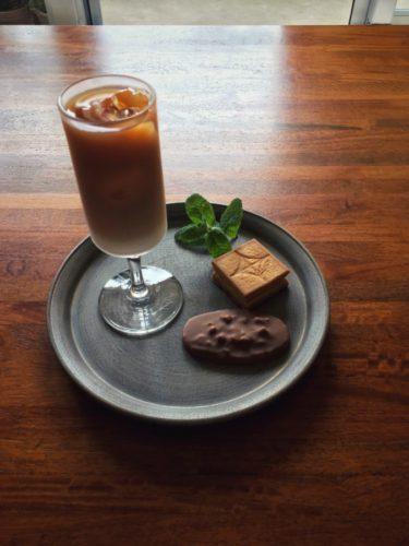 今日のオヤツはヴィタメールのマカダミアショコラミルクとプレスバターサンド
