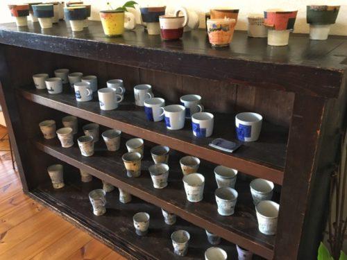 いろんな作家さんのカップが並んでいます