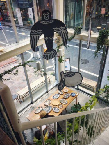 上から見たハンドメイドの器の展示
