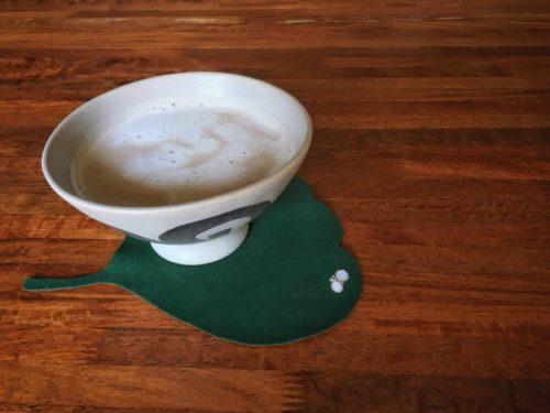 温かいカフェオレを飲んでホッコリ