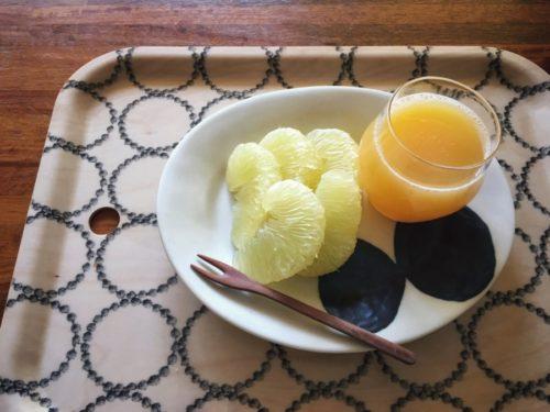 今日のおやつは文旦と桃ジュース