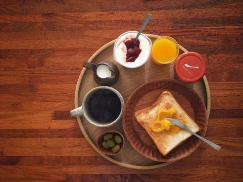朝はトーストとコーヒー、ヨーグルト…。